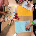 Zdjęcie 1 - dzieci piszące kartki świąteczne